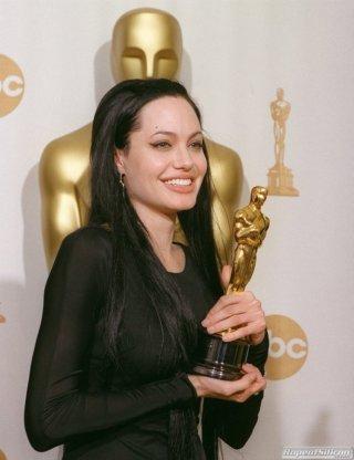 Angelina Jolie con il suo Oscar