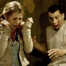 Beverley Mitchell e Franky G in una scena di Saw 2