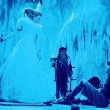 Tilda Swinton e Skandar Keynes in una scena di Le cronache di Narnia: il Leone, la Strega e l'Armadio