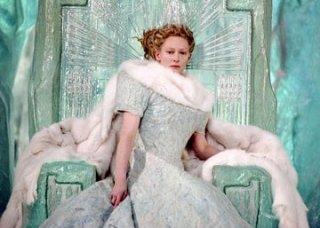 L'affascinante e regale Tilda Swinton in una scena de Le cronache di Narnia: il Leone, la Strega e l'Armadio