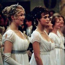 Rosamund Pike e Keira Knightley in Orgoglio e Pregiudizio