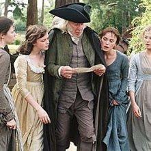 Talulah Riley, Carey Mulligan, Donald Sutherland, Keira Knightley e Rosamund Pike in Orgoglio e pregiudizio