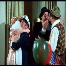 Bernadette Peters, Mel Brooks, Sid Caesar e Dom DeLuise in una scena de L'ULTIMA FOLLIA DI MEL BROOKS
