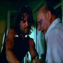 Kurt Russell e Donald Pleasence in una scena di 1997: FUGA DA NEW YORK diretto da John Carpenter