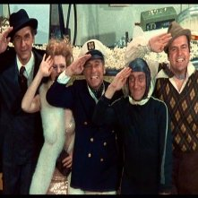 Sid Caesar, Bernadette Peters, Mel Brooks, Marty Feldman e Dom DeLuise in una scena de L'ULTIMA FOLLIA DI MEL BROOKS