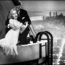 Fay Wray e Bruce Cabot in una scena di KING KONG