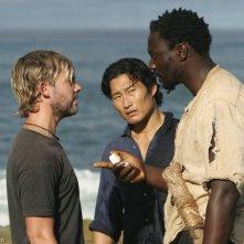 Dominic Monaghan, Daniel Dae Kim e Adewale Akinnuoye-Agbaje nell'episodio 10 della seconda stagione di Lost