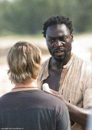 Dominic Monaghan con Adewale Akinnuoye-Agbaje in una scena dell'episodio 10 della seconda stagione di Lost