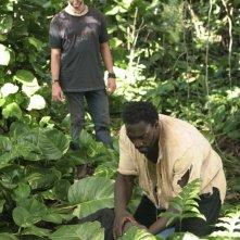 Dominic Monaghan e Adewale Akinnuoye-Agbaje in una scena dell'episodio 10 della seconda stagione di Lost