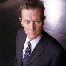 Robert Patrick nei panni dell'agente John Doggett di X-Files
