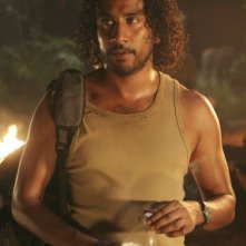 Naveen Andrews in una scena dell'episodio 2x01 di Lost