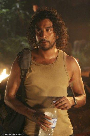 Naveen Andrews in una scena dell'episodio 2x01 di Lost