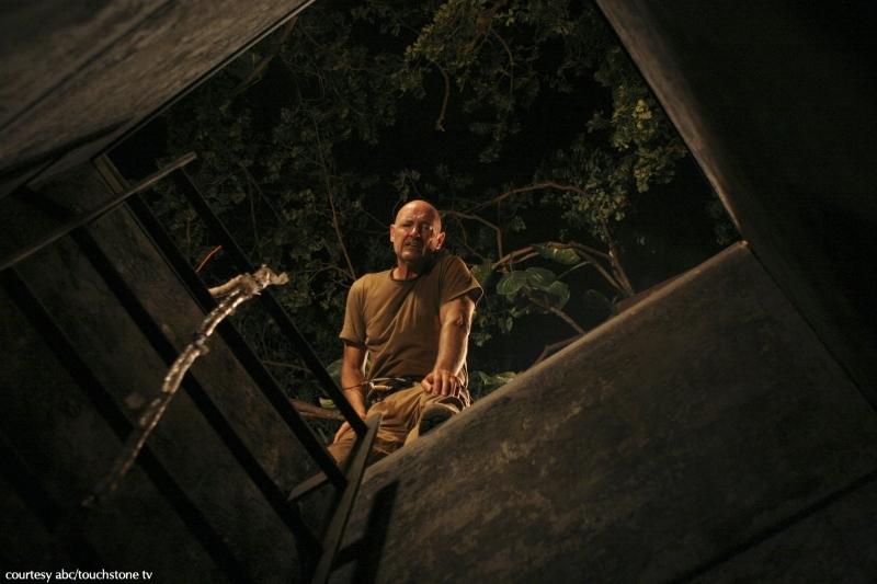 Terry O'Quinn in una scena dell'episodio 2x01 di Lost