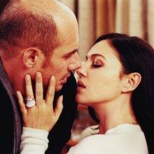 Bernard Campan e Monica Bellucci in una scena del film Per sesso o per amore?