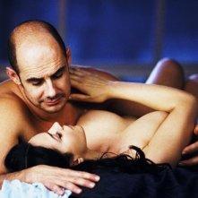 Monica Bellucci e Bernard Campan in una sensuale scena del film Per sesso o per amore?