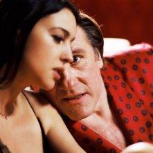 Monica Bellucci e Gerard Depardieu in una scena del film Per sesso o per amore?