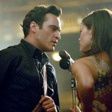 Reese Witherspoon e Joaquin Phoenix nel film Walk the Line - quando l'amore brucia l'anima