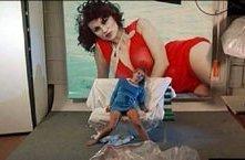 Serena Grandi (sullo sfondo, nella foto) in una scena di Le foto di Gioia
