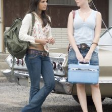 Jordana Brewster e Diora Baird in una scena di The Texas Chainsaw Massacre: The Origin