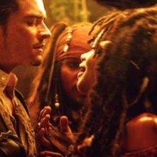 Orlando Bloom in una scena del film Pirati dei Caraibi - La maledizione del forziere fantasma