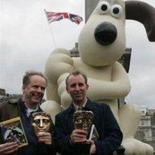 Nick Park e Steve Box festaggiano a Trafalgar Square il premio per Wallace & Gromit