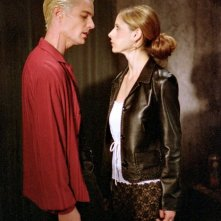Sarah Michelle Gellar e James Marsters in una scena di Buffy