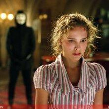 Natalie Portman in V for Vendetta, dietro di lei Hugo Weaving