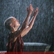 Natalie Portman sotto una pioggia scrosciante in V for Vendetta