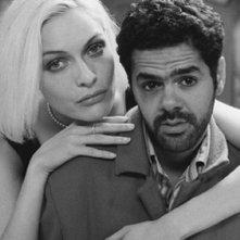 Jamel Debbouze e Rie Rasmussen nel film Angel-A