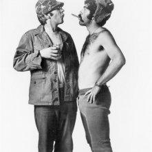 Elliott Gould e Donald Sutherland in una foto promozionale per MASH