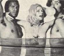 Sally Kellerman ed Elliott Gould in una foto promozionale per MASH
