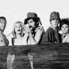 Sally Kellerman, Elliott Gould e Donald Sutherland in una foto promo per MASH