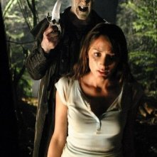 John DeSantis e Bree Turner in una scena di Incident On and Off A Mountain Road