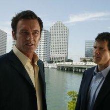 Dylan Walsh e Julian McMahon in una scena della serie Nip/Tuck