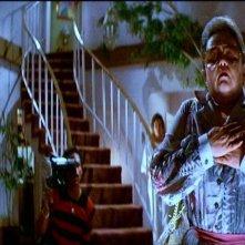 Zelda Rubinstein è Tangina Barrons in una scena di POLTERGEIST: DEMONIACHE PRESENZE