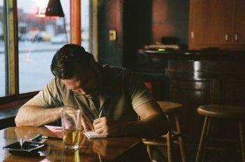 Matt Dillon in una immagine tratta dal film Factotum