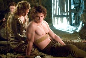 James Franco a torso nudo accanto a Sophia Myles in Tristano e Isotta