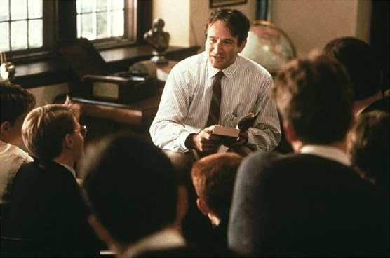 Robin Williams in una scena del film L'attimo fuggente