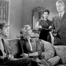 Humphrey Bogart, Lauren Bacall, Sonia Darrin e Louis Jean Heydt in una scena di IL GRANDE SONNO