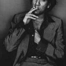 un bel ritratto in bianco e nero di Naveen Andrews