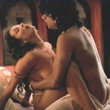 Naveen Andrews nudo in una scena del film in Kama Sutra