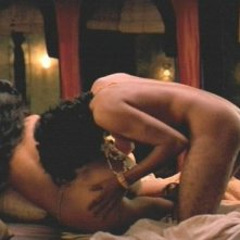 Naveen Andrews in una scena calda del film Kama Sutra