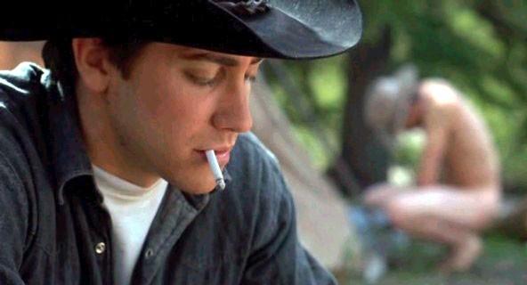 Jake Gyllenhaal e (sullo sfondo) Heath Ledger ne I segreti di Brokeback Mountain