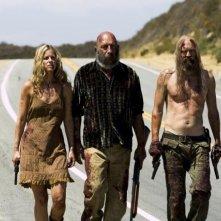 Sheri Moon, Sid Haig e Bill Moseley in una scena del film La casa del diavolo