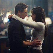 Jordana Brewster e James Franco in una scena romantica del film Annapolis