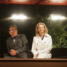 Tommy Lee Jones e Virginia Madsen in una scena del film Radio America