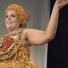 Maria Antonietta Beluzzi vestita da 'donna pasta' per Fellini
