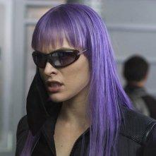 Lunghi capelli viola per la splendida e grintosa Milla Jovovich in una scena di Ultraviolet