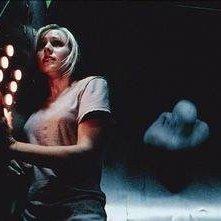 Kristen Bell in una scena dell'horror Pulse