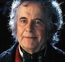 Ian Holm nei panni di Bilbo Baggins ne 'La Compagnia dell'Anello'